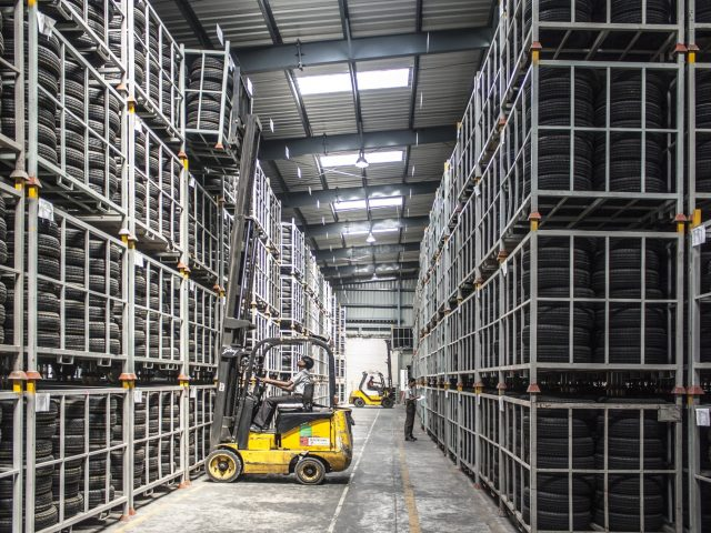 https://expresswaycourier.com/wp-content/uploads/2019/09/types-of-warehousing-640x480.jpg